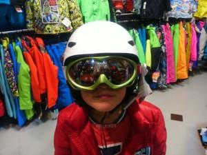 スキーのヘルメットとゴーグル
