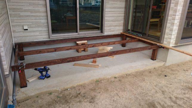 ウッドデッキの枠組みに束柱を固定