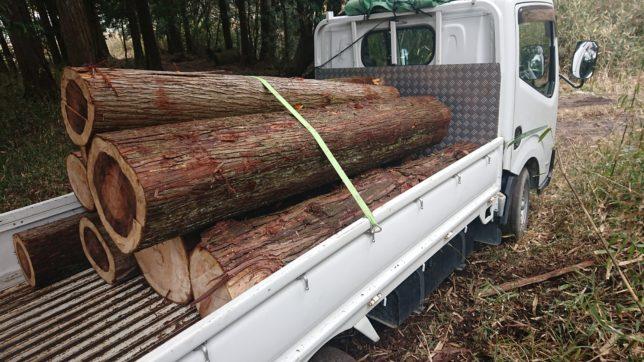 トラックに木を積む