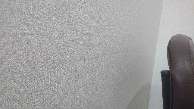 洗面所の椅子の背もたれの部分が壁に擦れた傷