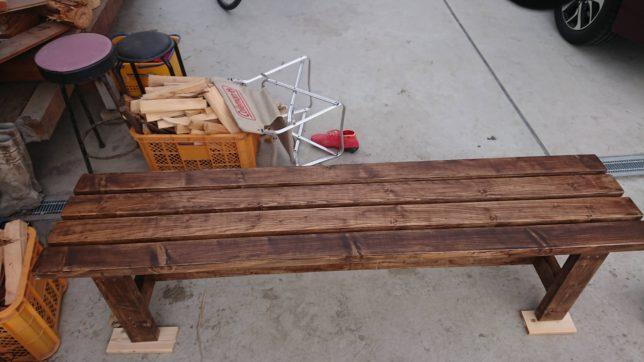 2×4で作ったベンチを塗装