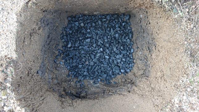 穴の底に砕石をひきます