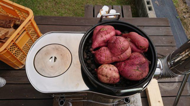 薪ストーブに石焼き芋器を置いて安納芋を入れる