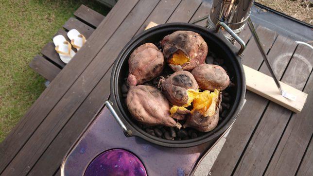 薪ストーブで安納芋の石焼き完成